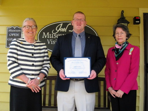 Jimmy stands in front of Joel Lane House and Museum with Barbara Lawther (left) and Betsy King (right) for award ceremony